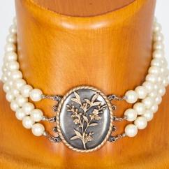 C769  Perlenkropfkette mit Blumenmotiv bronze